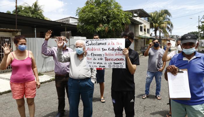 Vecinos con pancartas rechazan la recicladora.