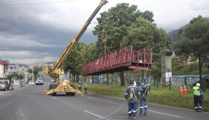 Un puente se cayó en el norte de Quito. La causa fue un impacto vehicular.