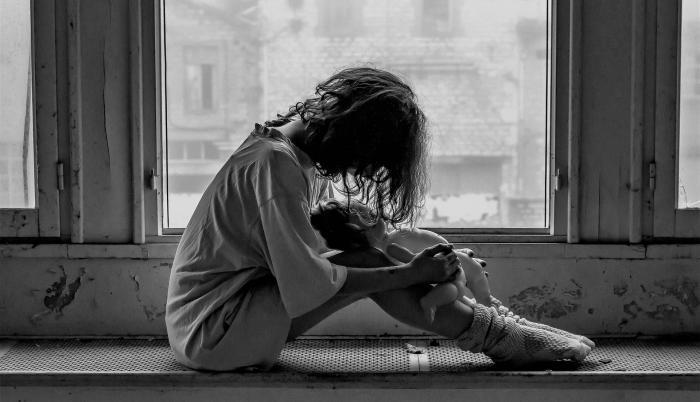 Mujer con profunda tristeza