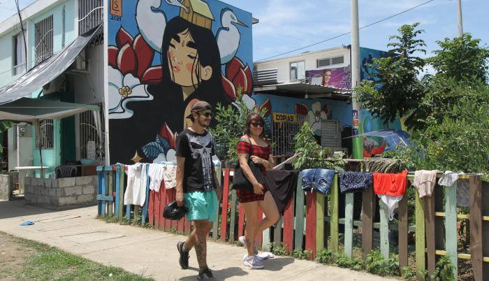 Bienal. María Fernanda López camina en Nuevo Ceibos, donde se ejecuta el proyecto artístico.