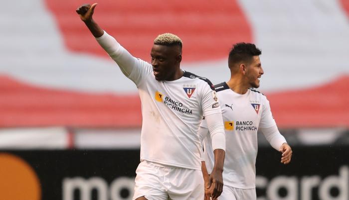 Cristian Martínez (i) de LDU Quito celebra un gol hoy, en un partido de la Copa Libertadores entre LDU Quito y Vélez en el estadio de LDU en Quito (Ecuador).