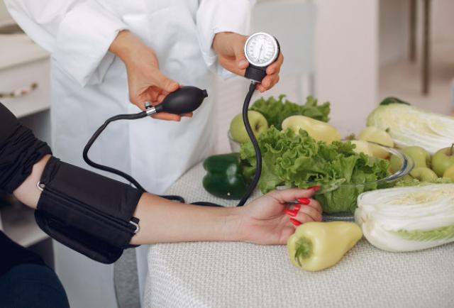 Cinco cambios que te ayudarán a reducir la presión arterial